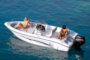 Outboard center console boat / sundeck